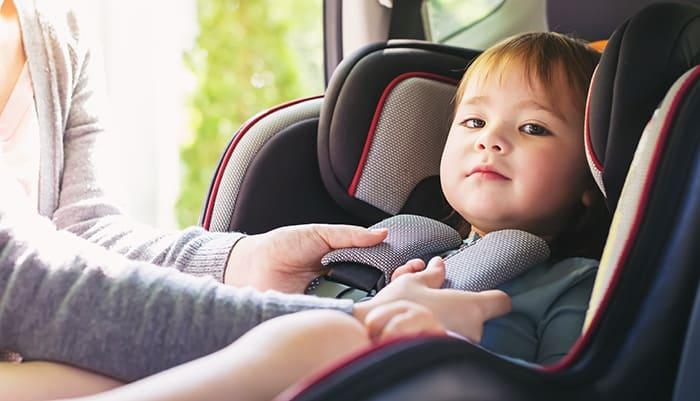 silla de bebé en coche