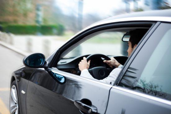 Hombre al volante de un coche