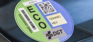 Distintivos ambientales de la DGT: Cómo solicitarlos y usarlos